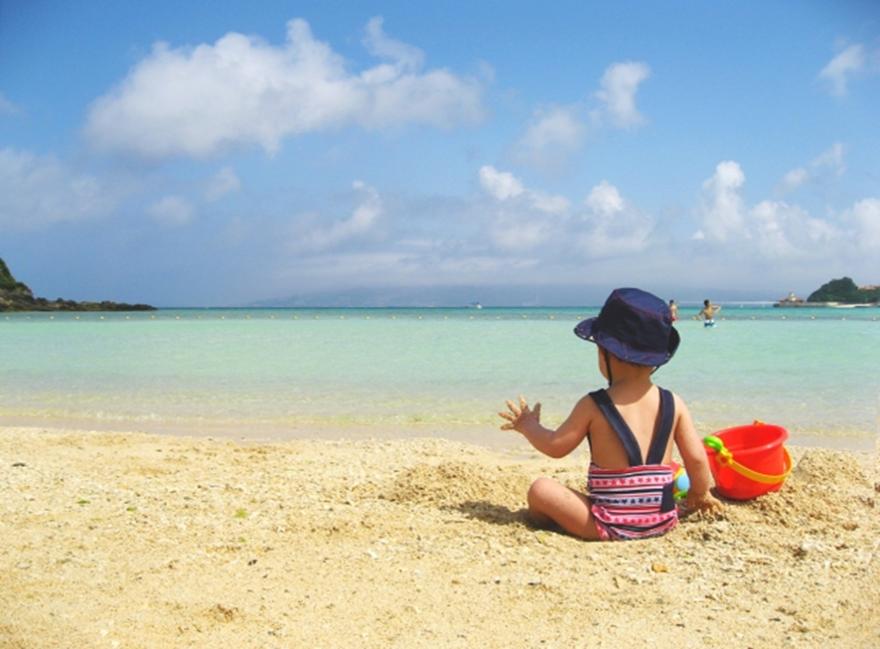 6899387485a 水着を洗濯する前についた砂をできるだけ落とします。砂は衣類が濡れているときよりも乾いているときの方がよく取れます。水着を脱いでから直ぐにガシャガシャと洗う  ...