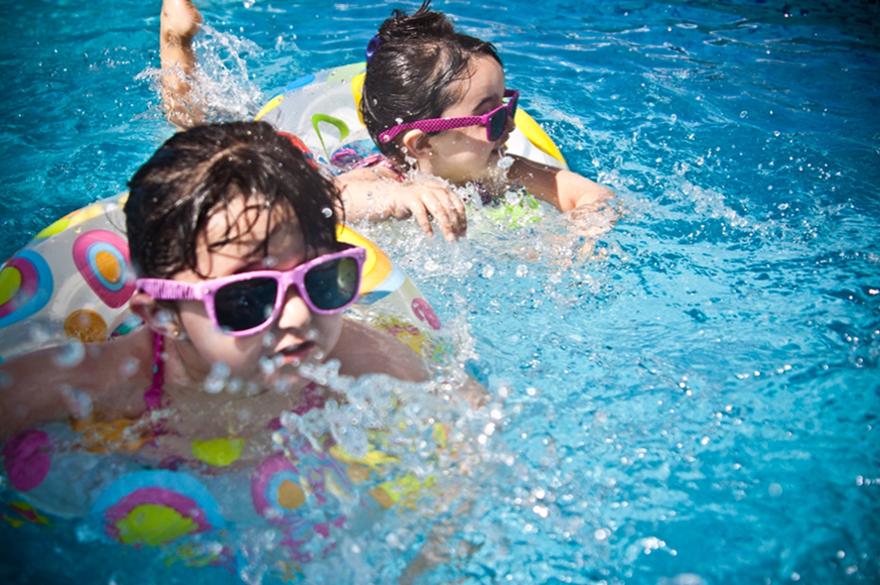 01d914f3d3c プールの水に含まれる塩素や消毒液には、水着の色あせや傷つきの原因になる要素があります。水着を脱いだ後は、その場で軽く水洗いをしましょう。